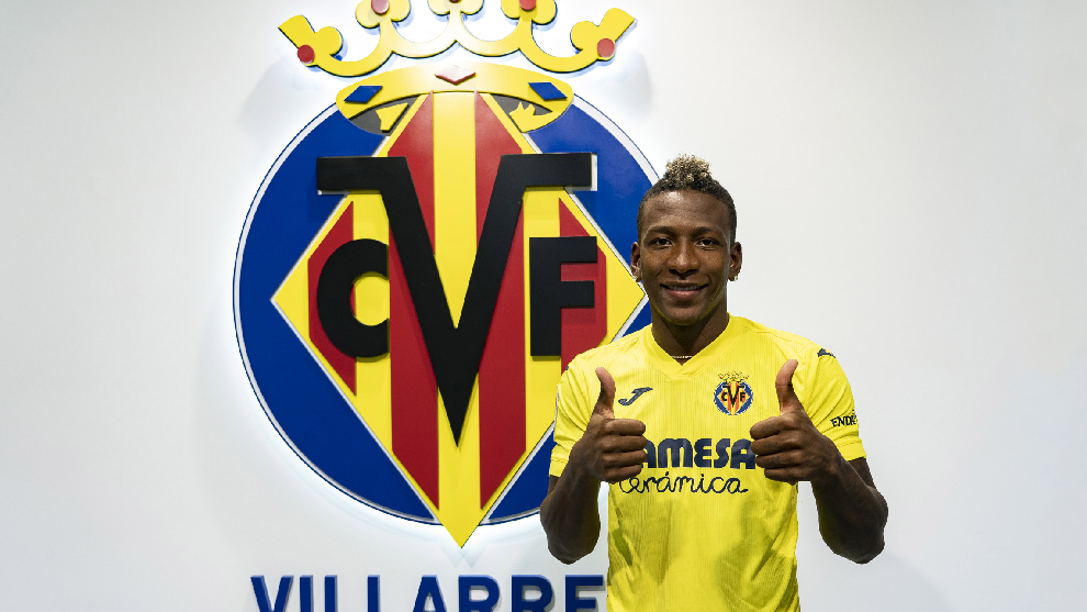 Pervis Estupiñán posa con la camiseta del submarino amarillo.