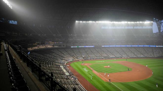 Aire denso en el T-Mobile Park de Seattle durante uno de los partidos...