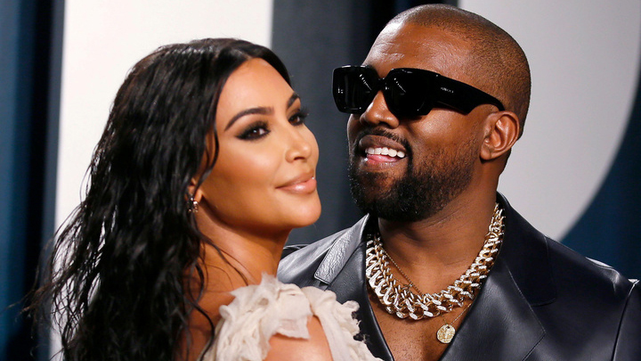 Kim Kardashians y Kanye West durante una fiesta de los premios Oscar |