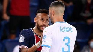 Neymar, en su disputa con Álvaro.