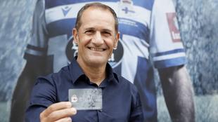 Manjarín posa con su abono del Deportivo.