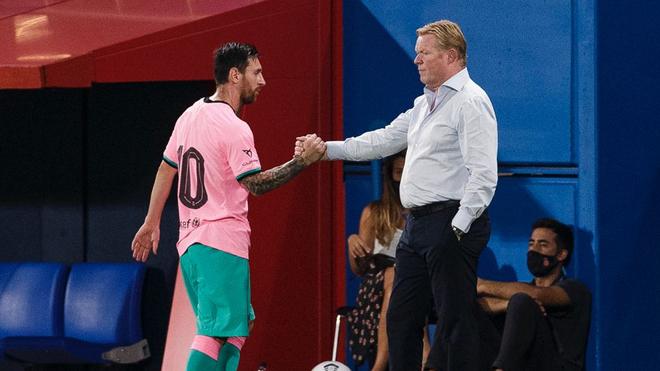 Lionel Messi junto a Ronald Koeman en el duelo ante el Girona.