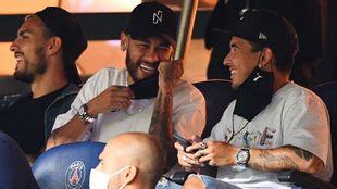 Neymar, con Paredes en la grada.