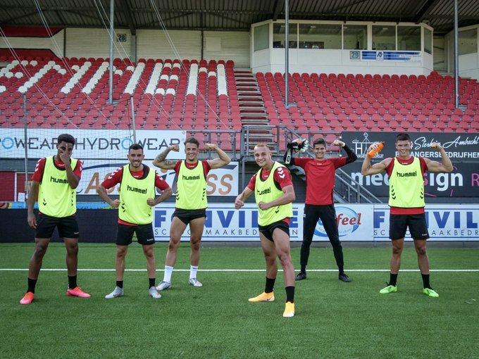 Jugadores del FC Emmen de Holanda a los que prohíben lucir publicidad...