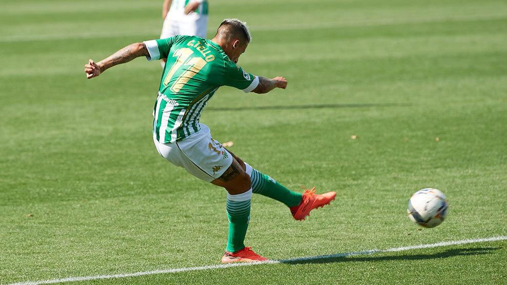 El bético Cristian Tello (28) golpea el balón.