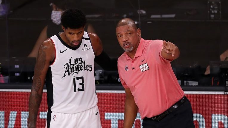 Doc Rivers habla con Paul George durante un partido de los Clippers.