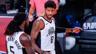 Paul George y Montrezl Harrell durante la eliminatoria ante los...