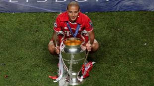 Thiago Alcántara con el trofeo de la UEFA Champions League.