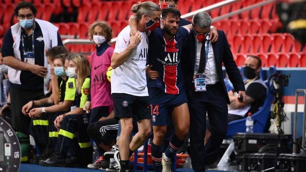 Juan Bernat se retira lesionado del campo ante el Metz.