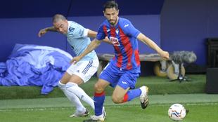 Oliveira y Iago Aspas en el partido del Eibar contra el Celta de Vigo...