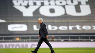 José Mourinho saliendo del campo después del partido entre el...