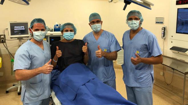 Cecilia Reiter junto a los doctores César Flores, Manuel Leyes y...
