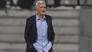 El entrenador portugués dando instrucciones durante el choque en...