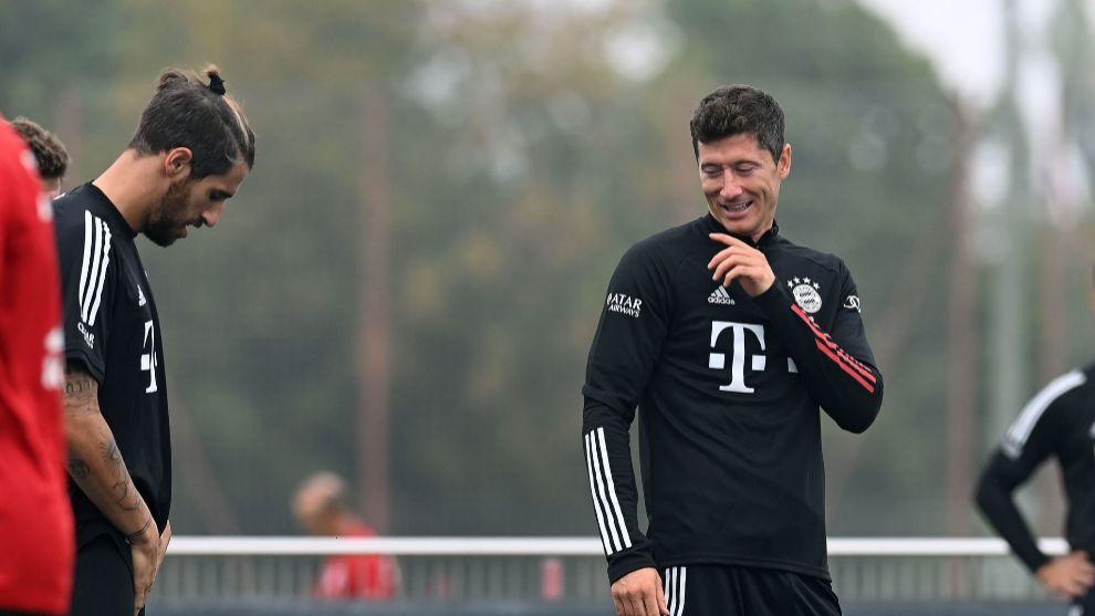 Javi Martínez atiende una broma de Lewandowski en la vuelta a los...