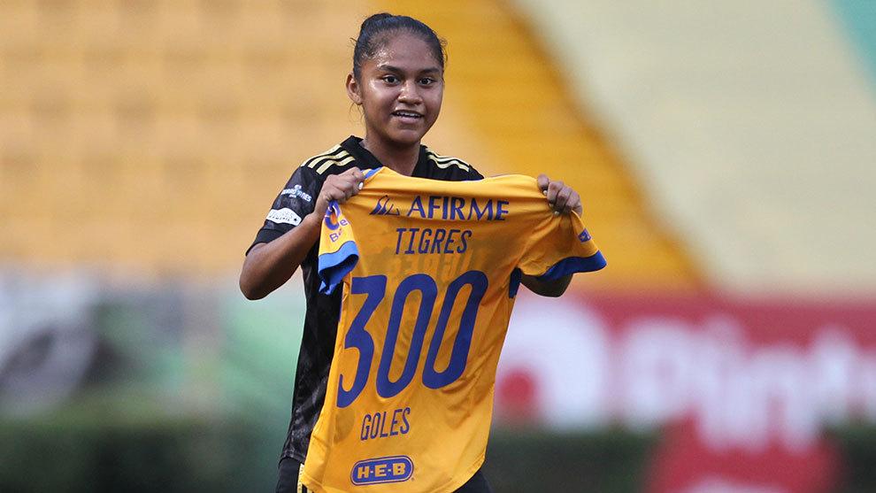 Belén Cruz en festejo con la playera de los 300 goles del equipo...