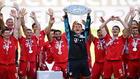 Neuer, capitán del Bayern, levanta la pasada Bundesliga.