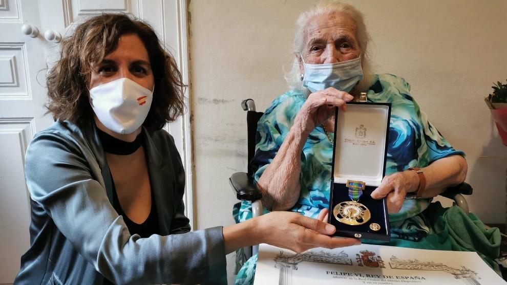 Irene Lozano entregando la Encarna Hernández la Medalla de Oro de la...
