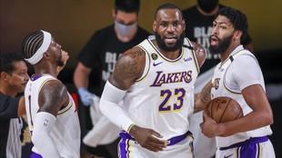 LeBron James celebra una canasta con Kentavious Caldwell-Pope y...