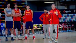 Sergio Scariolo da instrucciones en un entrenamiento durante una de...