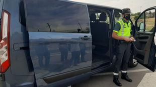 Un agente de la Agrupación de Tráfico, delante de una de las...