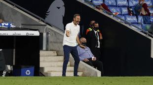 Vicente Moreno da instrucciones a sus jugadores contra el Albacete.