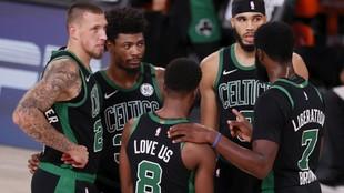 Los jugadores de los Celtics charlan durante el segundo partido de los...