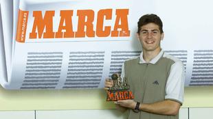 Iker Casillas posando con el premio Liga Fantástica en la redacción...