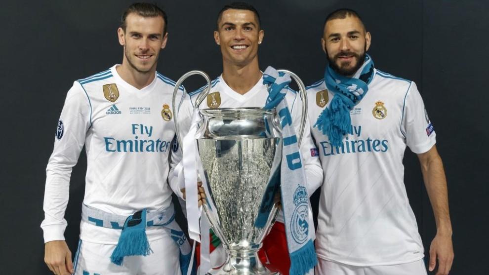 Bale, Cristiano y Benzema posan con una de las cuatro Champions...