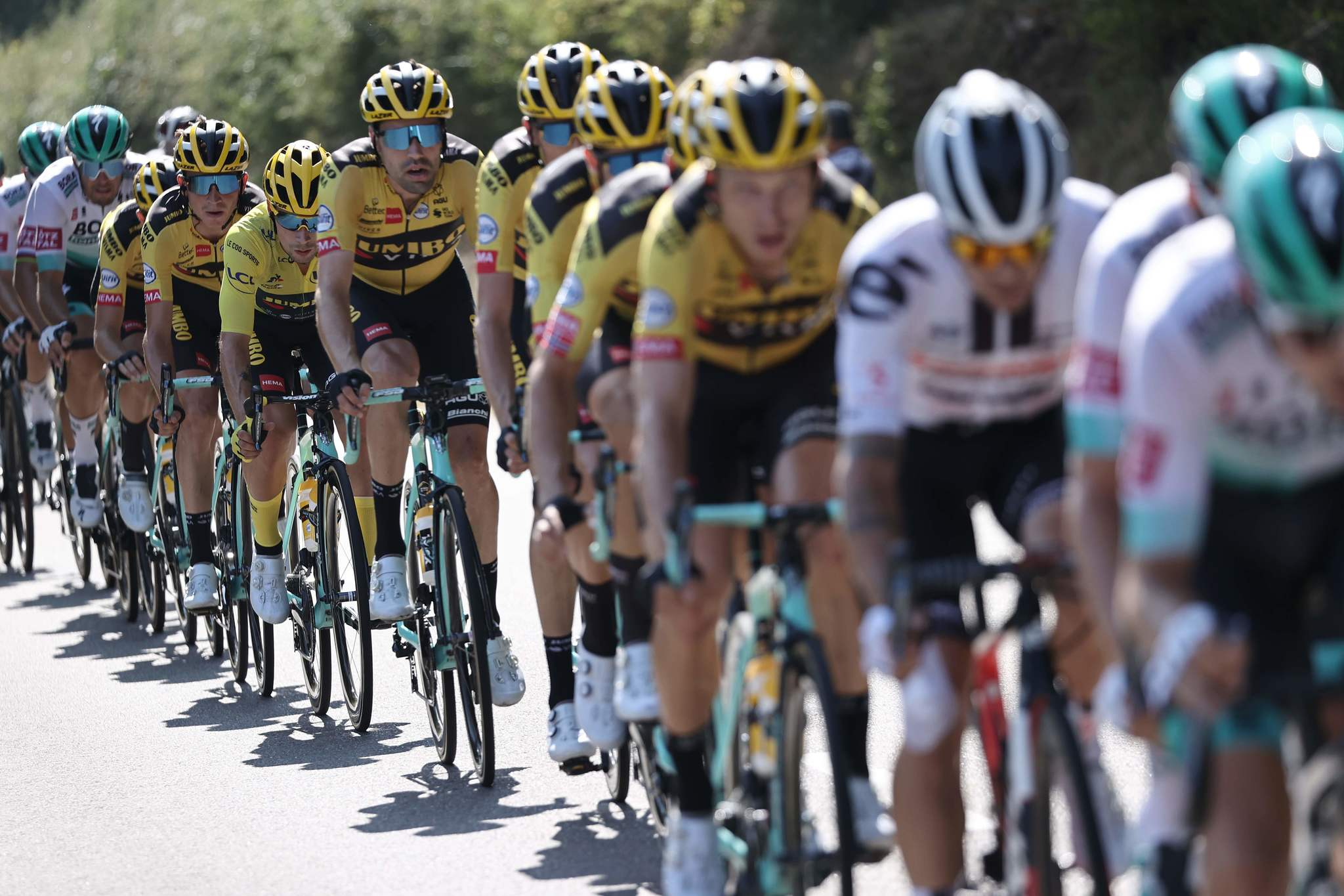 Team Bora Hansgrohe riders and Team Jumbo - Visma riders lead the pack during the 19th stage of the 107th edition of the lt;HIT gt;Tour lt;/HIT gt; de France cycling race, 160 km between Bourg-en-Bresse and Champagnole, on September 18, 2020. (Photo by KENZO TRIBOUILLARD / AFP)