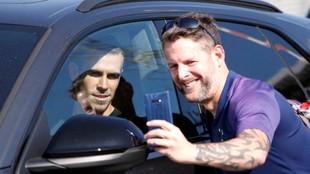Un aficionado se fotografia con Bale a su llegada al aeropuerto de...