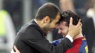 Pep Guardiola y Messi se abrazan tras ganar la Champions en Roma.
