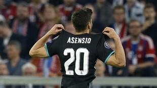 Asensio celebra un gol con el '20', su antiguo dorsal en el...