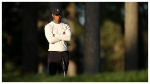 Tiger Woods espera su turno de brazos cruzados.