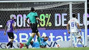 Sanvezzo hace su segundo gol del torneo.