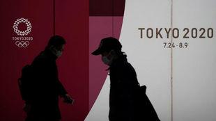 Dos personas con mascarilla en Tokio.