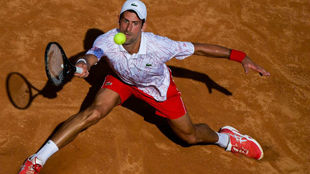Djokovic intenta devolver una pelota