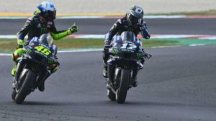 Rossi felicita a Viñales tras su pole en Misano.