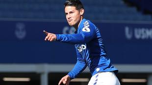 Con gol y asistencia de James, el Everton es líder de la Premier.