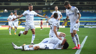 El Leeds United celebra el segundo gol de Helder Costa.  