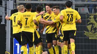 Giovanni Reyna celebrando el gol del Borussia con sus compañeros