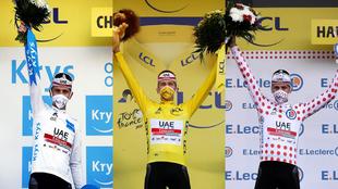 Tadej Pogacar con sus tres maillots en el podio