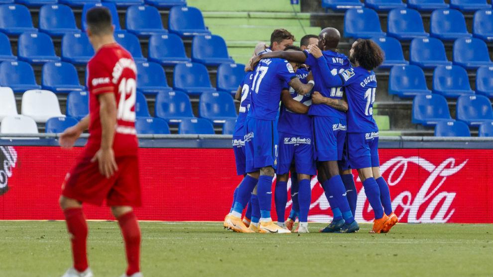 Los jugadores del Getafe celebran el gol de Jaime Mata