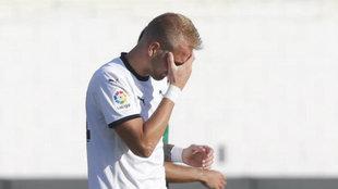 Racic se lamenta en un partido de pretemporada del Valencia.