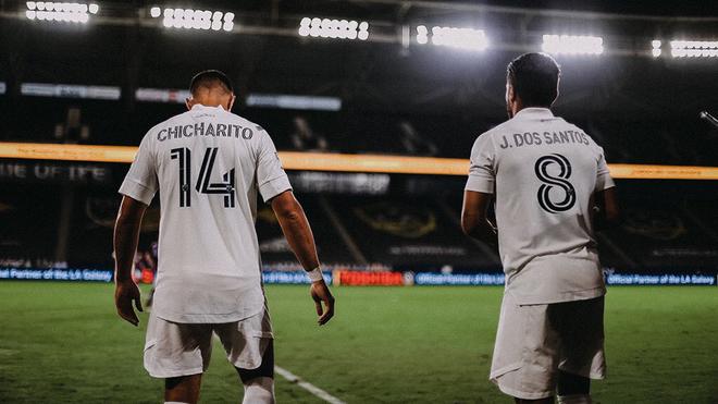 Chicharito y Jonathan dos Santos a punto de entrar a la cancha