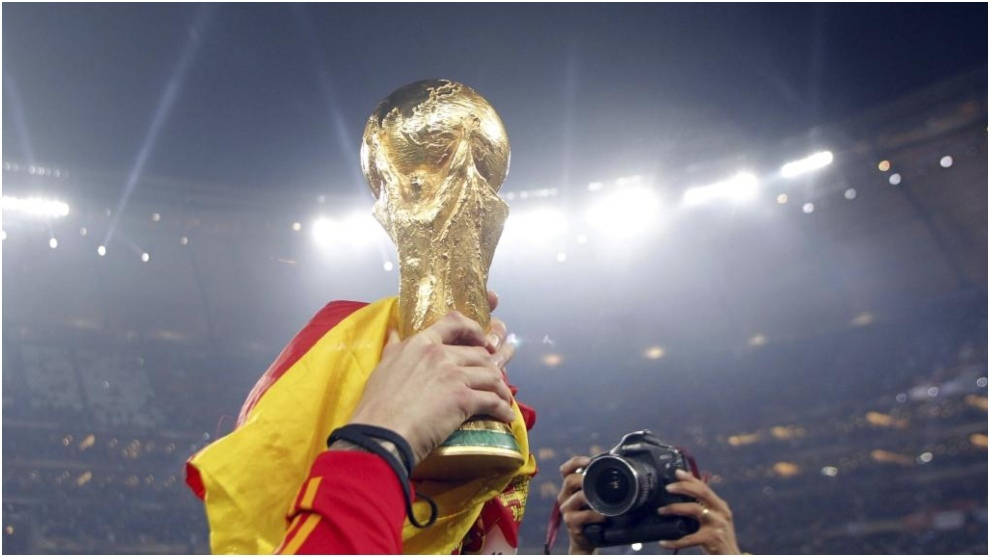 Sergio Ramos levantando el trofeo en Sudáfrica, poco después de...