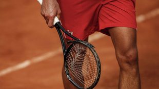 Djokovic se dirige a su silla para cambiar su destrozada raqueta.