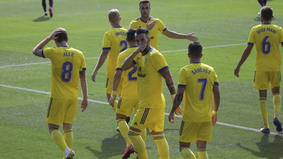 Negredo celebra el 0-1 del Cádiz en Huesca.