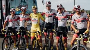 El conjunto UAE posa orgulloso junto con su líder en París