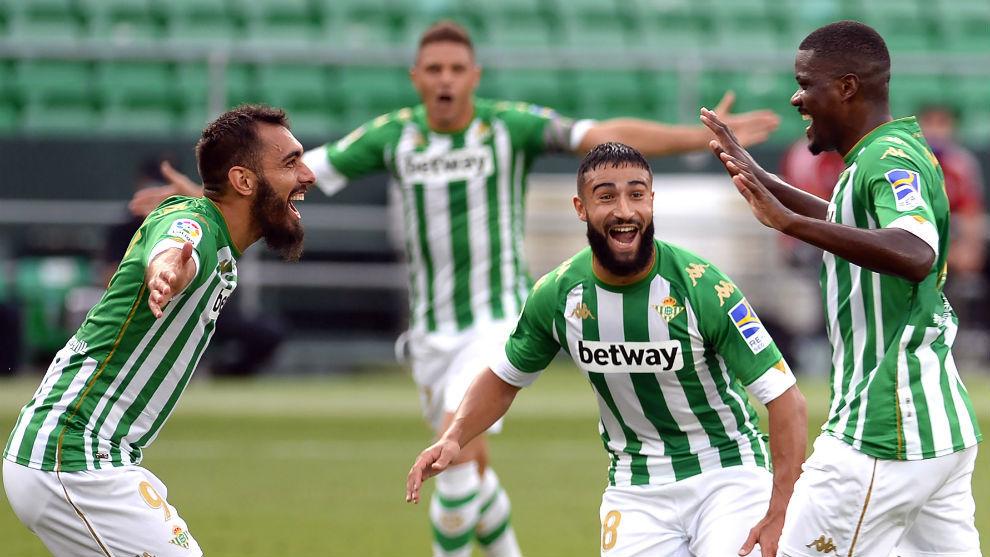 Borja, Fekir, Joaquín y William, celebrando el 2-0