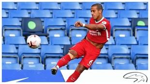 Thiago Alcántara intenta un pase en largo contra el Chelsea.
